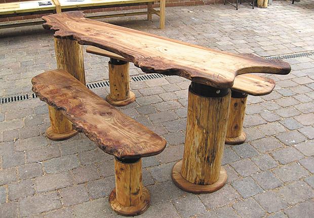 Оригинальные столы на даче